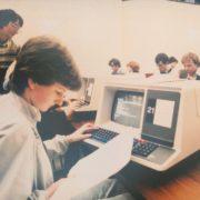 Cientista analisando dados na década de 80