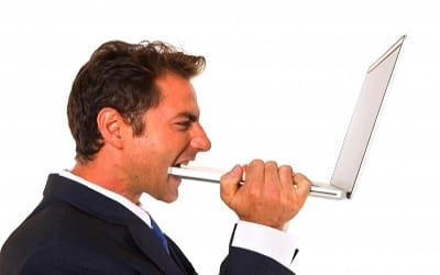 Executivo nervoso ao receber muitos convites de jogos no Facebook