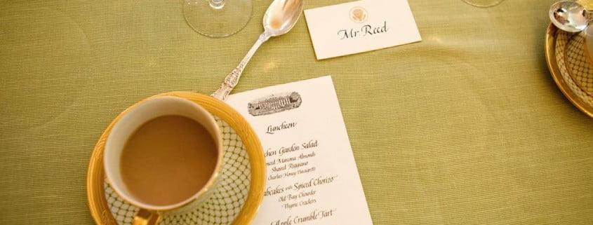 café e menu sobre mesa