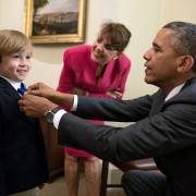 Obama Ajustando Grava de Criança