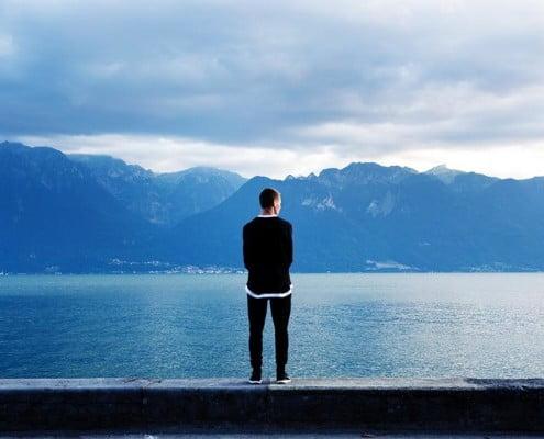 homem olhando para o vazio