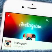 Celular com Instagram aberto no bolso jeans
