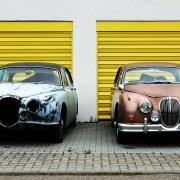 carros antigos na frente de garagem