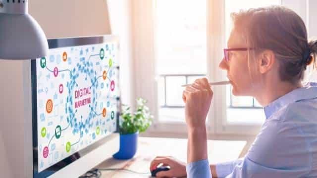 empresária avaliando opções de marketing digital